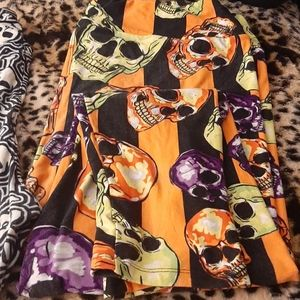 1 pair of skull Lularoe TC2 leggings